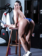 Sportive mature Kendra Lust showing awesome ass and masturbating in the gym