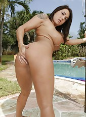 Outdoor masturbation action in which Lizzy Styles will show her great tits
