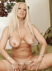 Arresting flapper Isabella Rossa posing in lingerie and getting naughty
