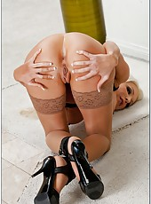 Long-legged coquette Holly Price prefers to pose and finger without panties
