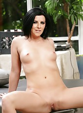 Ravishing whore Taryn Thomas with her sweet ass posing naked outside