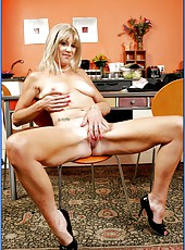 Naughty mature blonde Liz Summers cooks orgasmic dish at the kitchen