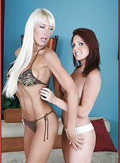 Playful flapper Bianca Noble loves pleasing her cute lesbian friend