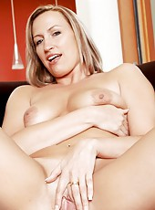 Joey Lynn is a naughty milf, who looks very sexy without her lingerie