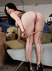 Cheeky babe RayVeness prefers showing her butt and jilling vagina