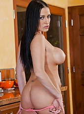 Stunning minx Vanilla Deville prefers posing naked and showing round ass