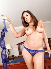 Entrancing housewife Francesca Le posing in awesome lingerie and showing tits