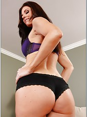 Splendid lady India Summer stripping and playing with her cool ass