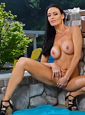 Voluptuous mom Vanilla Deville spreading wet pussy and posing outdoors