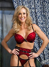 Smiley hooker Brandi Love showing her delicious butt and playing with tits