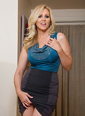 Skillful bitch Julia Ann showing awesome forms and fingering hard
