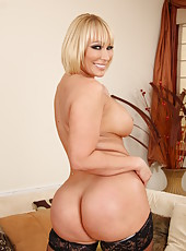 Flawless woman Mellanie Monroe showing amazing butt and posing in lingerie