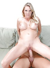 Smoking hot milf beauty Niki Wylde enjoys doing blowjob and receiving facial