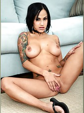 Tattooed pornstar Regan Reese loves fucking and eating delicious cum