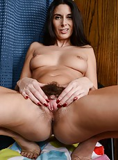 Arresting MILF Nikki Daniels like to spread her legs wide and pose naked