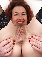 Skillful mature slut Elizabeth playing with her hairy and wet pussy