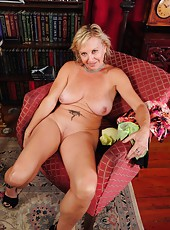 Delightful mature slut Nicole showing her good looks and her nice boobs