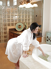 Hot and horny milf Licious Gia makes herself cum in a bubble bath