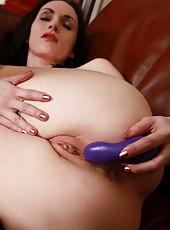 Fiery hot cougar tickles her swollen clit with a vibrator