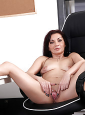 Horny Anilos mommy bangs her horny fuck hole with her fingers