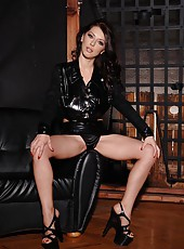 Latex babe Merilyn shows her boobs