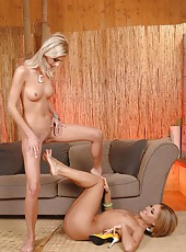 Hot babes pissing and pussy licking
