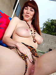 RayVeness is visiting a friend when a neighbor stops by. Her friend is away all week and Ray has the place to herself. She� feeling lonely and has the inclination to release some sexual frustrations!!