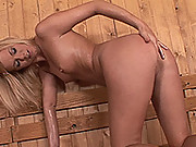 Bonde Yasmine Gold warms up her sauna with her hot body
