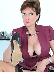 Mature lady sonia shoe masturbation
