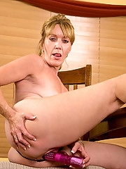 Glamorous Anilos Samatha Stone inserts the rabbit vibrator deep in her juicy cougar fuck hole