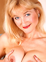 Steamy blonde cougar Suzy bangs herself with a dildo then widely spreads her mature snatch