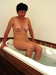 Sexy mature masturbating in the tub