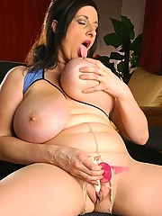 Beefy babe plays with her butt plug