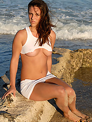 Veronica wears a ripped T to the beach