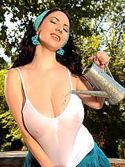 34H natural tits Katerina Hart, wet tanktop in the garden!