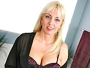 Blonde cougar Cala Craves masturbates in her bubble bath