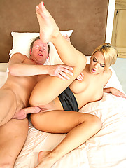 Hottie Ashlynn Brooke Has Her Pink Gash Smashed With Fat Cock