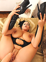 Busty hot babe Shione Cooper shows her tits & cunt to sex
