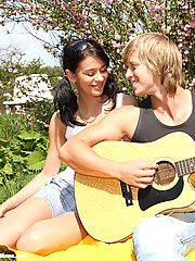 Hot teenager banging the gitarist in bushes