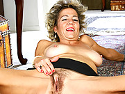 Anilos Vanessa rubs her hairy pussy on the floor