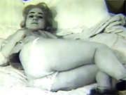 Real vintage chick does masturbation in bed