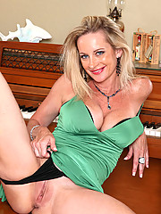 Milf Cassy Torri flaunts her big tits and pleasures herself with a purple vibrator