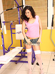 Teen babe masturbates at the gym when alone