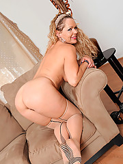 Mature Anilos Kelly Leigh shows off her tender tits and pussy on the couch