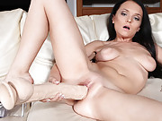 Bella Fills Her Pussy With Dildo
