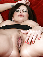 Seductive Anilos Lola Lynn shows her lovely trimmed cougar pussy close up
