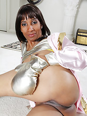 Black Anilos Robin spreads her pussy after her boxing workout