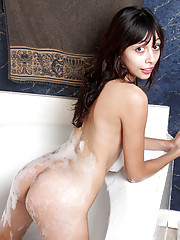 Hot sexy amateur posing her wet body in the bathtub with water flowing through her juicebox