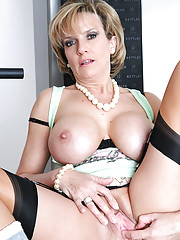 Stunning mature in home gym spreads
