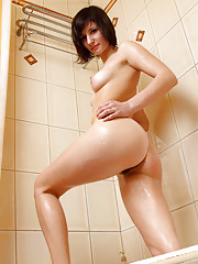 Nubile Lubochka sprays her pussy with the shower head